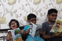 kids_reading_enjoying